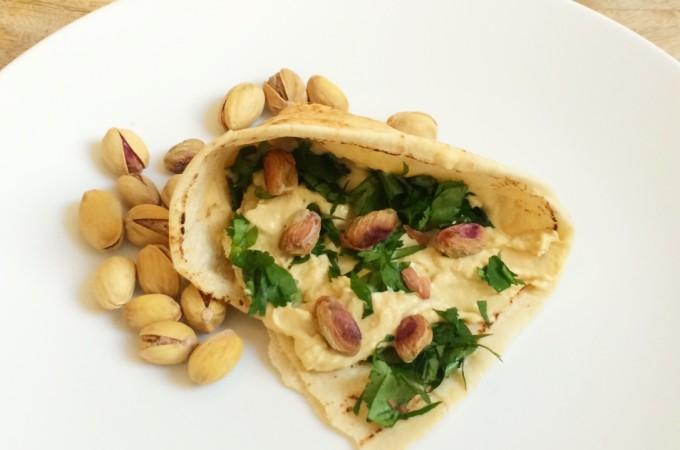 wrap van libanees brood met humus en pistachenoten