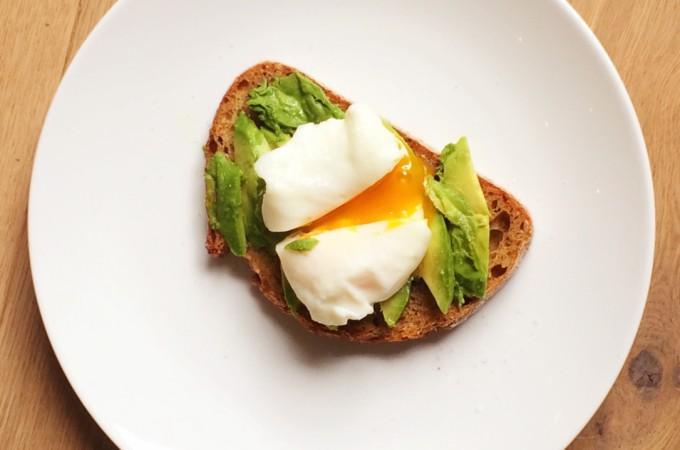 speltbrood met avocado en gepocheerd ei