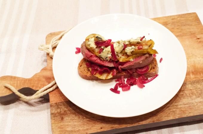 recept burger met gegrilde peer en roquefort