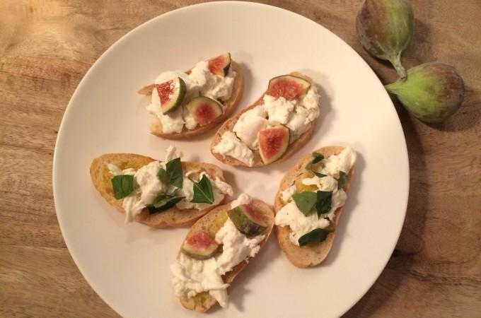 recept italiaanse crostini met buratta en vijgen/basilicum