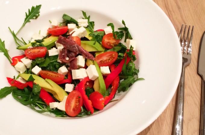 recept simpele salade met feta, avocado en ansjovis