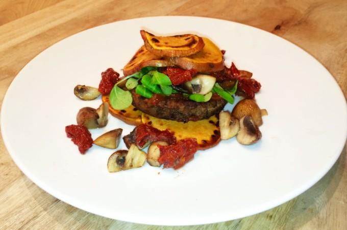 recept champignonburger met zoete aardappel, geitenkaas en zongedroogde tomaat