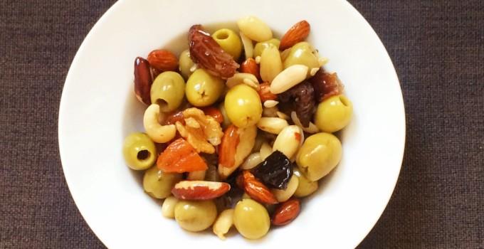 Borreltijd met olijven, noten, dadels en pruimen
